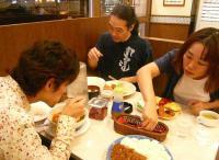 食事するg村山義光氏とb佐々木研太さんとvo北橋美輪子さん
