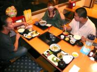 食事中のvo高橋亜希子さんとg村山義光氏と二番弟子さn