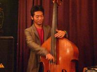 b時安吉宏さんのウッドベースを弾くd清水勇博さん