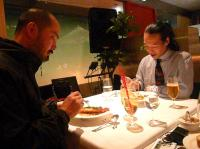 まかない食のスパゲティを食べるb笠松聡也さんとg村山義光氏