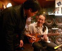 クラシックギタリストのお客様とお話中のg村山義光氏