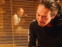 【PEACE BAR】マスターの熱唱を聴くg村山義光氏