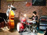 【じゃず家】ワークショップ中・ドラム少女