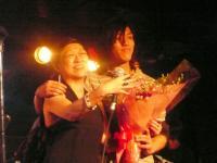 Roseさんの息子さんCamelChairのメンバー寺本尚平さんから花束贈呈