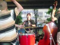 【阪急高槻市駅高架下広場】でのvo小柳淳子さん