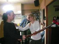 休憩時間にvo藤村麻紀さんから刀の持ち方を習うg村山義光氏