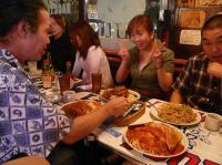 アメリカンレストラン【UK】で食事するg村山義光氏vo高橋亜希子さん、二番弟子さん