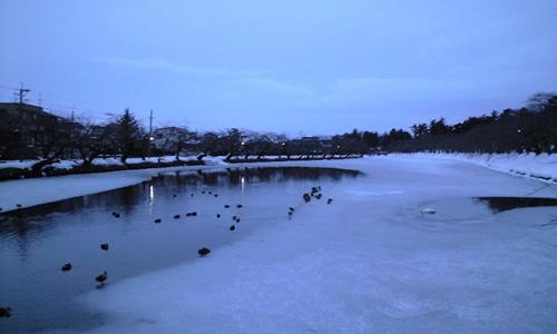 夕暮れ時の弘前公園内