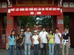 ベトナム ホーチミン出身大学の門の前にて