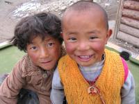 首からダライラマの写真を下げる子どもたち