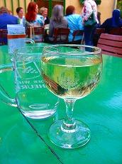お庭でワイン