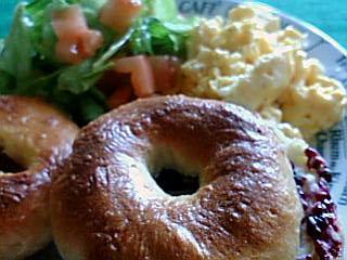 ウチゴハン:ベーグル&スクランブルエッグ