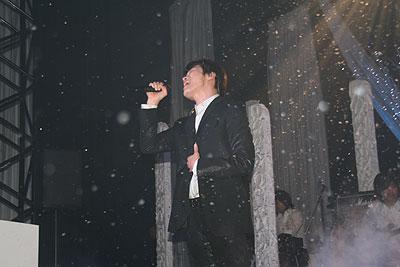 雪の降る中、熱唱