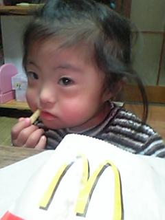 マックフライを食べるりこたん