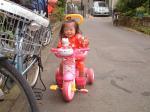 キティちゃんの甚平を着てキティちゃんの三輪車に乗って