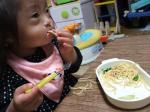 フォークを使ってスパゲティ食べるりこたん