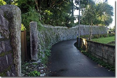 神社に続く石垣