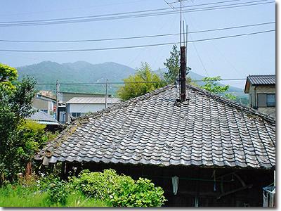 #009 屋根越しの加波山(小幡山)