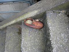 階段に落ちていた靴