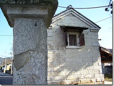 石造り蔵と大きなみかげ石の門柱