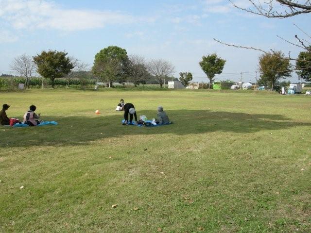 芝生の上の休憩