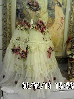 おまけ画像。商店街に飾ってあったドレスのミニチュア。8万円なり~♪