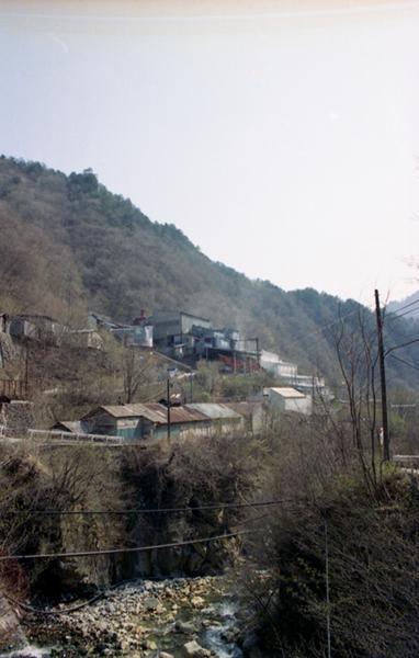 斜面に立つ工場