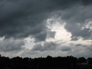 台風来るぞと 雲も逃げ・・・・